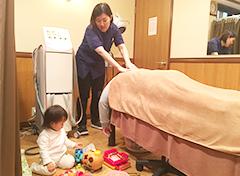 川崎市中原区ヒロ整骨院・整体院の子供連れでの施術風景
